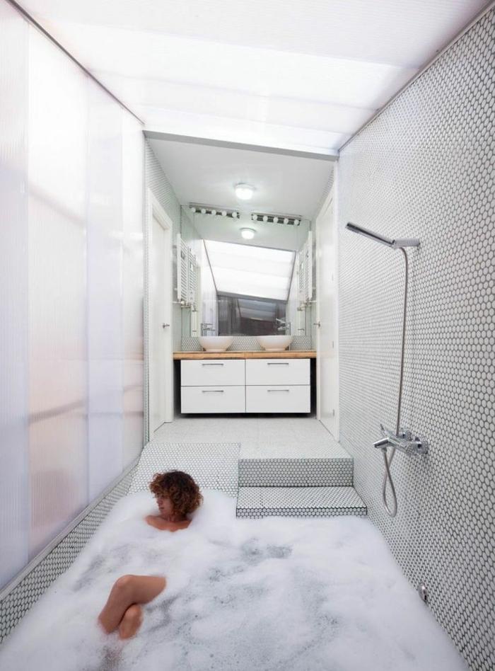 eingelassene-badewanne-schicke-weiße-gestaltung