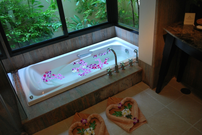 eingelassene-badewanne-sehr-exotisch