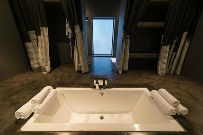 eingelassene-badewanne-sehr-interessant-ausgestattet