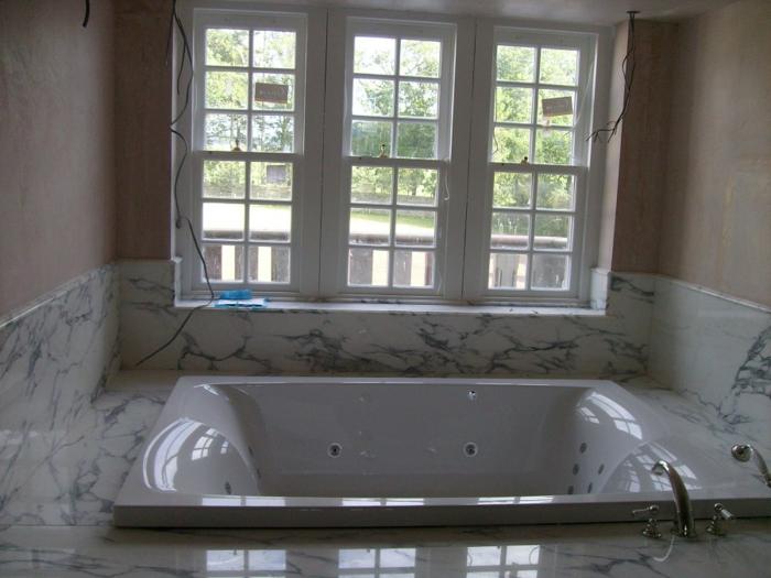 eingelassene-badewanne-weißes-fenster