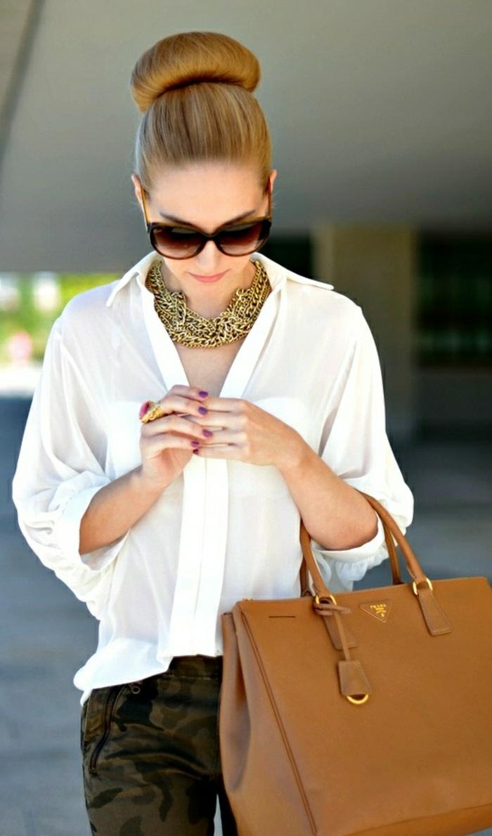 elegante-Kleidung-weißes-Hemd-braune-Designer-Tasche-Prada