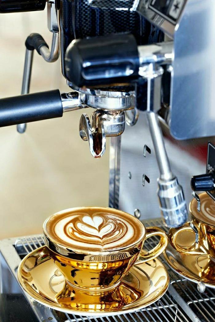 elegante-goldene-Cappuccino-Tassen