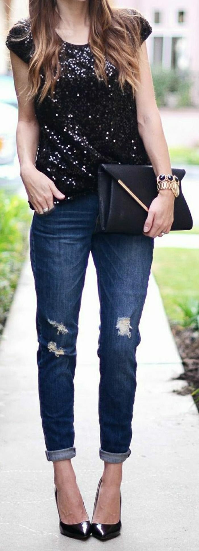 elegante-schwarze-Clutch-Top-Jeans-Stöckelschuhe-goldene-Armbanduhr