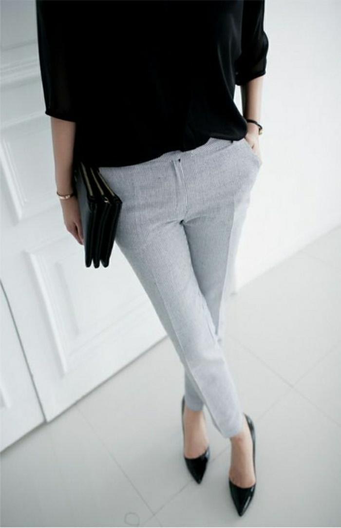 eleganter-Look-schwarze-Clutch-graue-Hosen-Stöckelschuhe