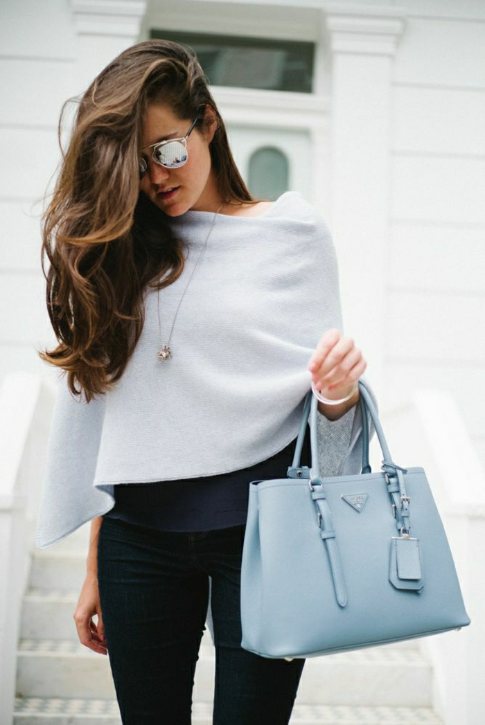 eleganter-Outfit-Sonnenbrille-blaue-Prada-Tasche