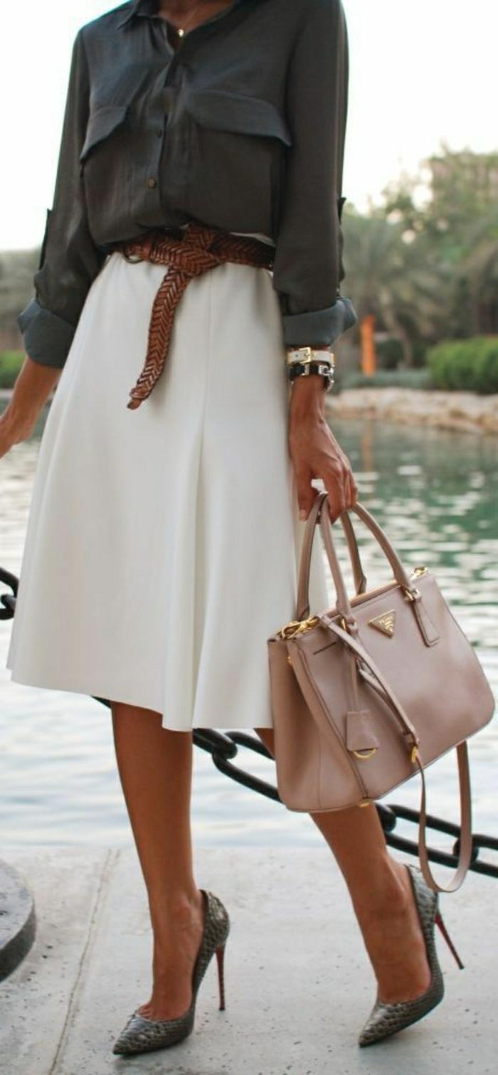 eleganter-Outfit-weißer-Rock-Stöckelschuhe-Prada-Tasche