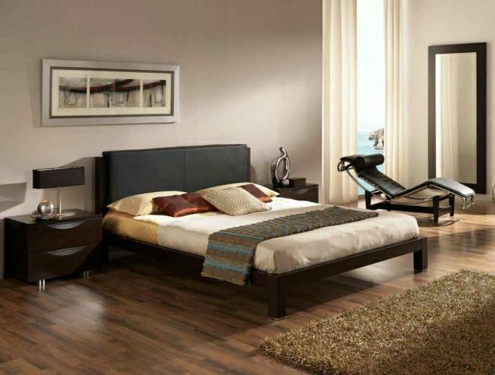 elegantes-Schlafzimmer-Cappuccino-Wände-Leder-Liegestuhl
