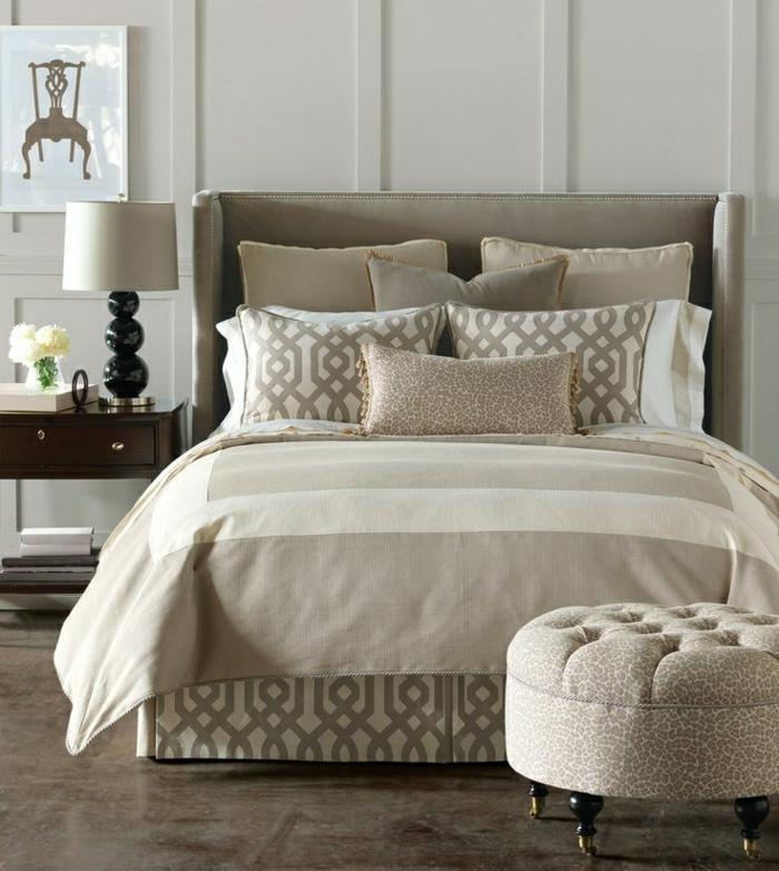 elegantes-Schlafzimmer-beige-brauner-Teppich-Bettwäsche-Pastellfarben-Hocker-Tierprint