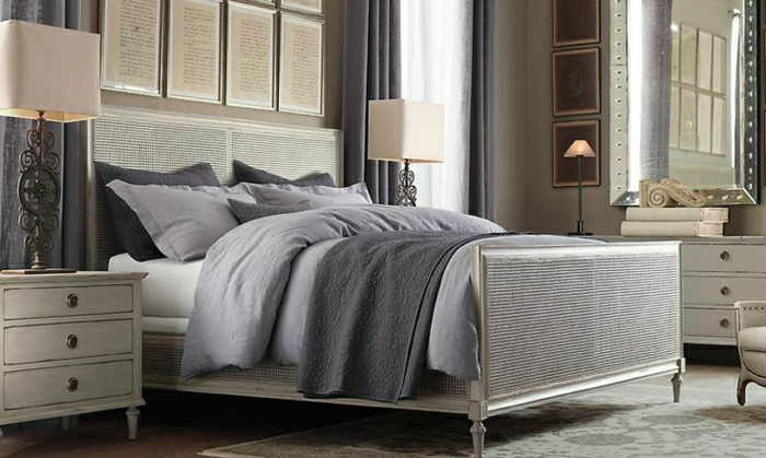 elegantes-Schlafzimmer-beige-lila-Bettwäsche-Schlafdecke-Kissen-Kommoden