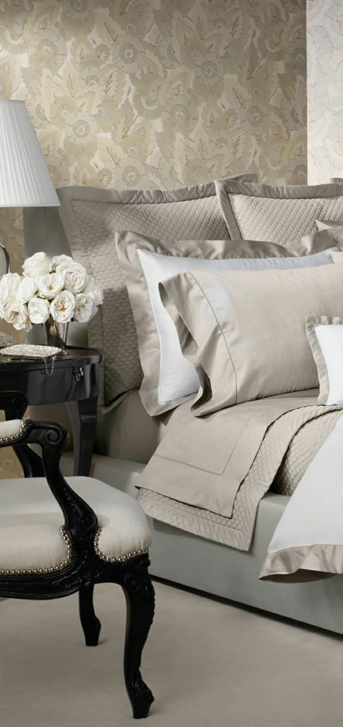 elegantes-Schlafzimmer-schöne-Bettwäsche-beige-Farbe-aristokratischer-Sessel-weiße-Rosen