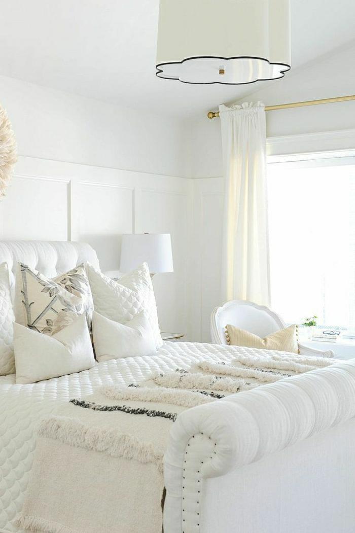 elegantes-Schlafzimmer-weiß-luxuriös-schöne-Bettwäsche-Blumen-Dekoration-Boho-Chic-Schlafdecke