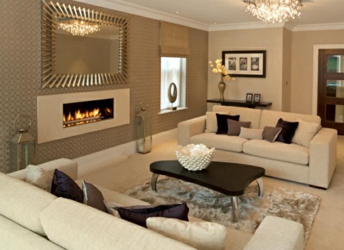 elegantes-Wohnzimmer-Cappuccino-Wände-Tapeten-Kamin-Kristall-Kronleuchter-Spiegel-goldener-Rahmen