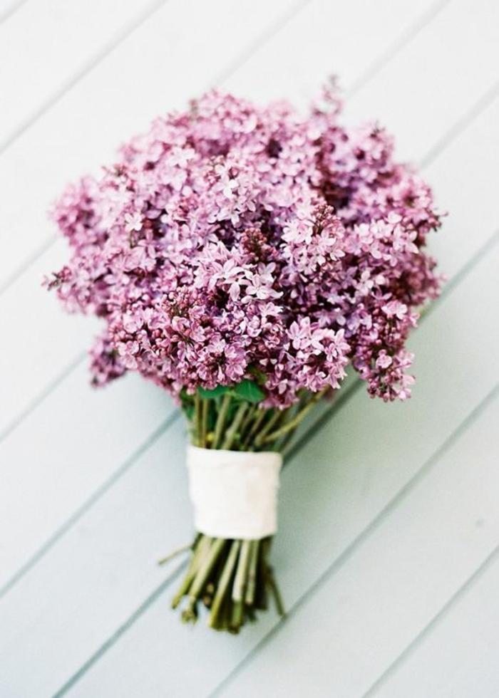 flieder-blumensträuße-mit-wunderschönen-blumen-dekoration-deko-mit-blumen