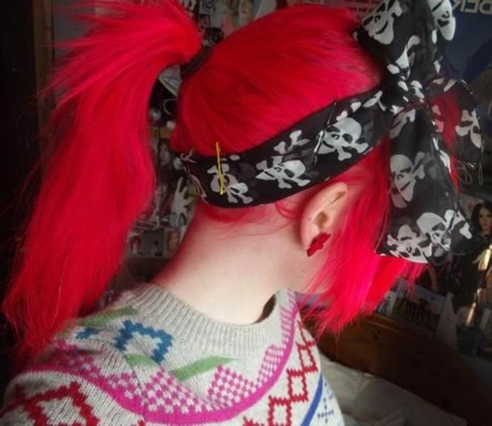 frisuren-mit-haarband-rote-grelle-farbe