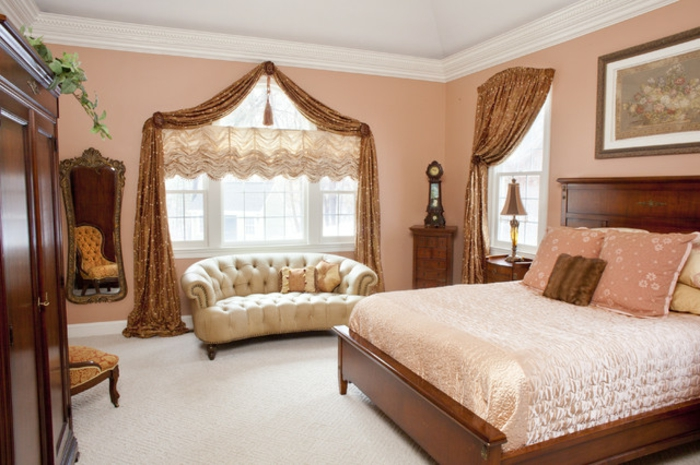 gardinen-für-dreiecksfenster-elegantes-schlafzimmer-pfirsich-farbe