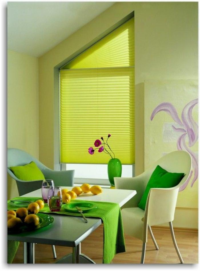 gardinen-für-dreiecksfenster-grüne-jalousien-schöner-tisch