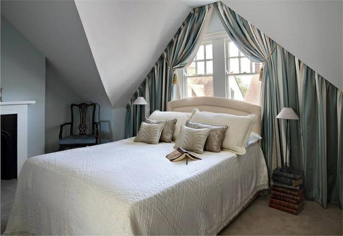 gardinen-für-dreiecksfenster-im-eleganten-schlafzimmer-mit-vielen-dekokissen-auf-dem-bett