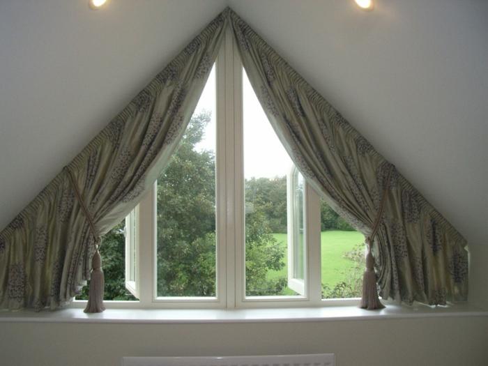 gardinen-für-dreiecksfenster-interessante-deckenbeleuchtung-darüber