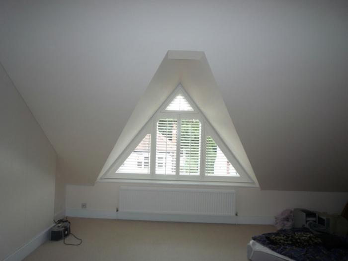 gardinen-für-dreiecksfenster-sehr-interessante-weiße-innenarchitektur
