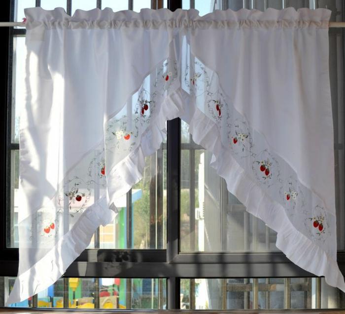 gardinen-für-dreiecksfenster-weiße-gestaltung-retro-modell