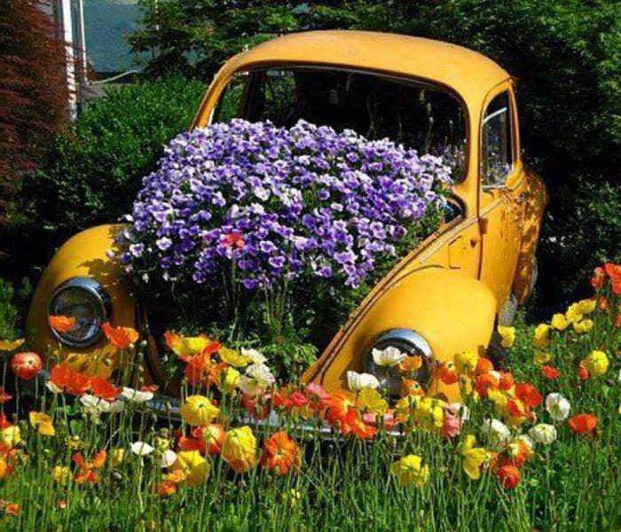 garten-verschönern-lila-blumen-in-einem-gelben-auto