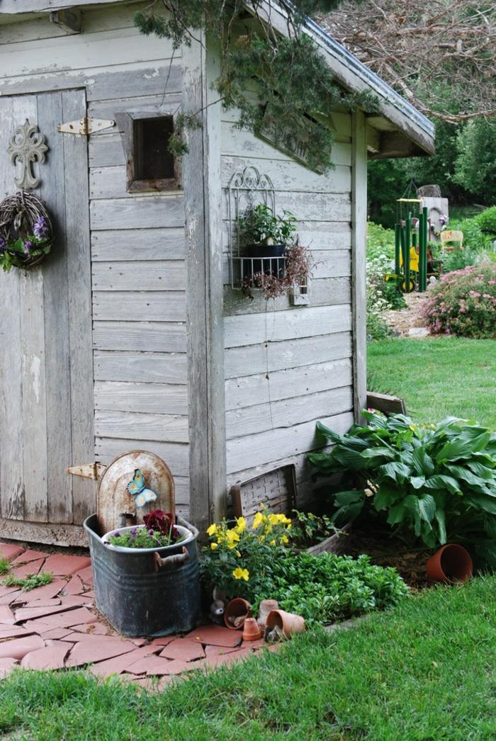 garten-verschönern-sehr-gemütliches-kleines-gartenhaus
