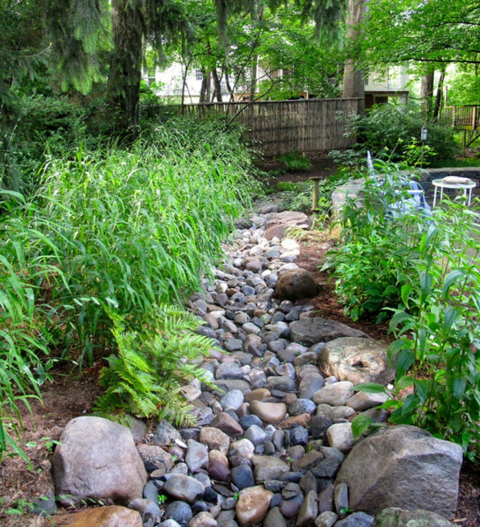 garten-verschönern-viele-steine-und-grüne-pflanzen