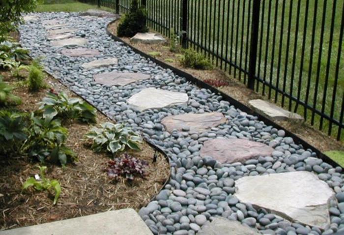 gartengestaltung mit kies ein zaun daneben - Gartengestaltung Mit Kies