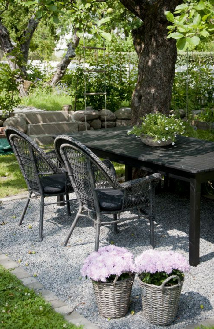 gartengestaltung-mit-kies-moderne-möbelstücke - tisch aus holz