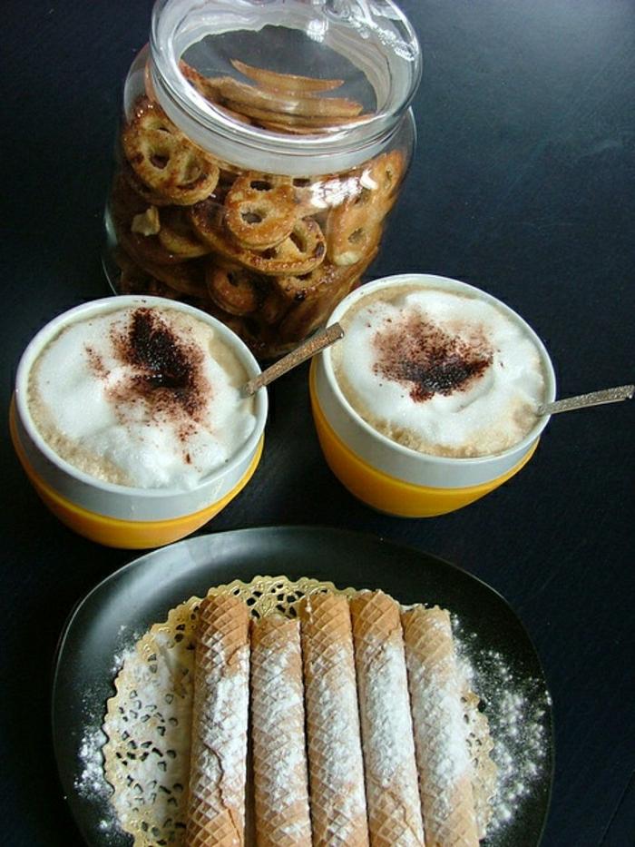 gelb-weiße-Cappuccino-Tassen-Süßigkeiten-Prezel