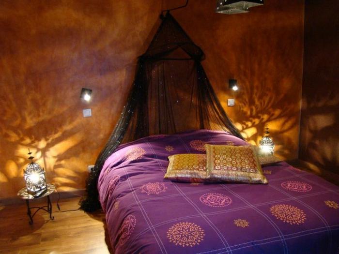 gemütliches-Boho-Chic-Schlafzimmer-indische-Motive-lila-Bettwäsche-goldene-Kissen-Laternen-schwarzer-Baldachin