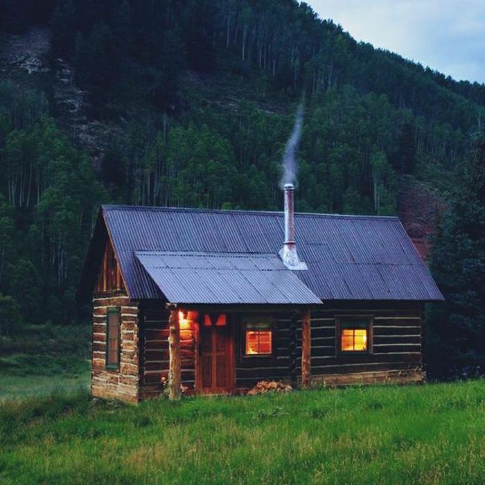 gemütliches-Häuschen-Gebirge-Wald-Kamin-Rauch