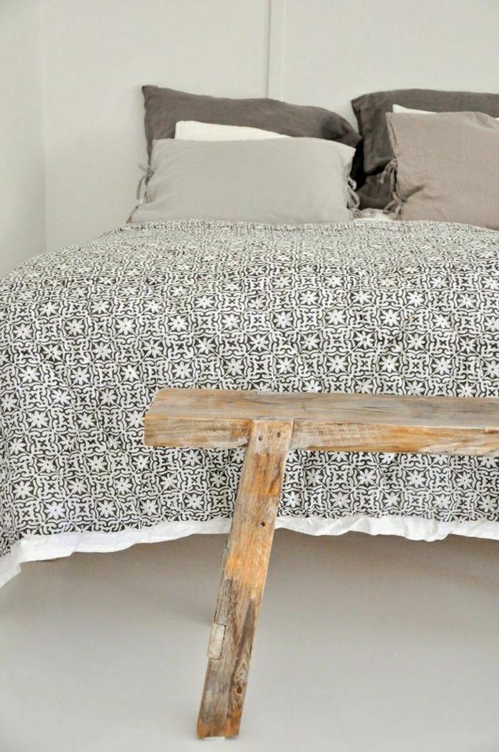 gemütliches-Schlafzimmer-rustikales-Design-hölzerne-Bank-Boho-Chic-Bettwäsche-Muster