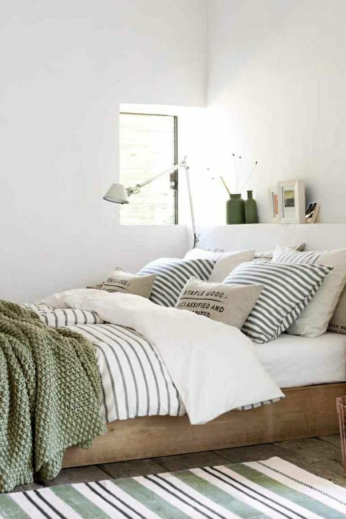 gemütliches-Schlafzimmer-schöne-Bettwäsche-Streifen-Kissen-Aufschrifte-grüne-Schlafdecke
