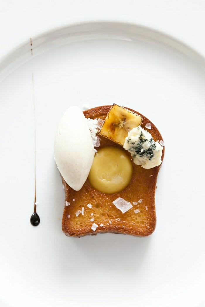 gesundes-Frühstück-Toast-Blauschimmelkäse-Mozzarella-Banane