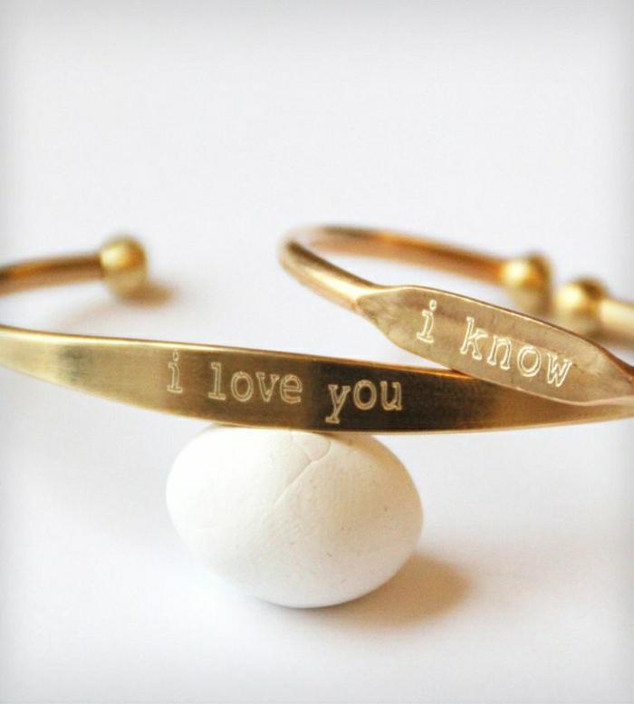 goldene-Armbänder-mit-Gravur-für-Verliebten