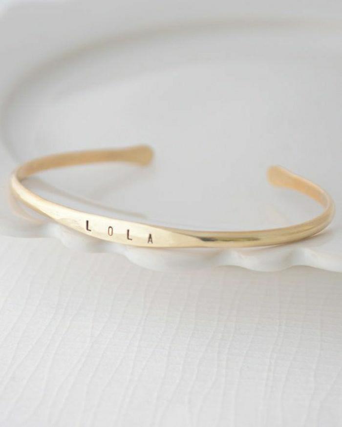 goldenes-Armband-mit-graviertem-Namen