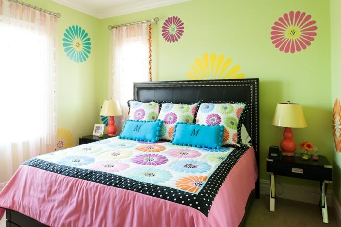 grüne-wandfarbe-bunte-elemente-an-der-wand-im-schlafzimmer