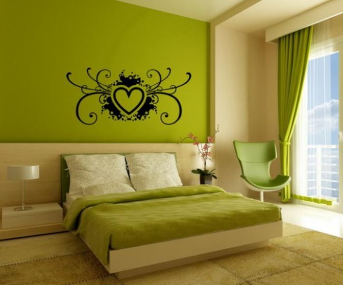 grüne-wandfarbe-dekoelemente-an-der-wand-im-schlafzimmer