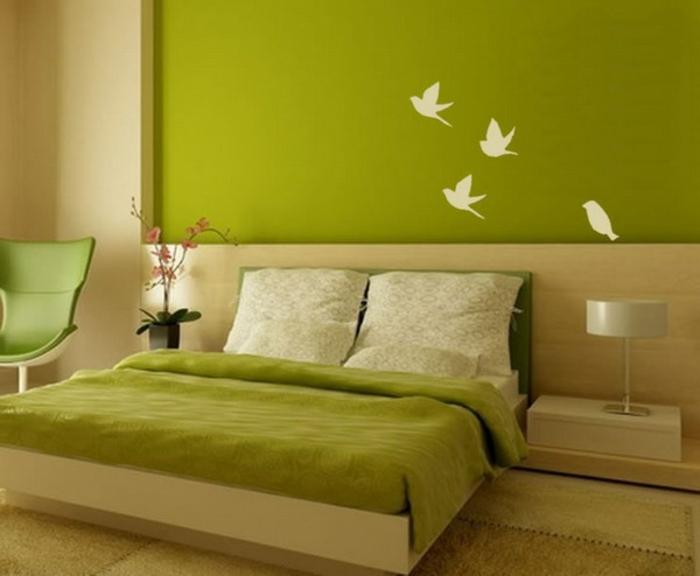 grüne-wandfarbe-dekoration-an-der-wand-im-schlafzimmer