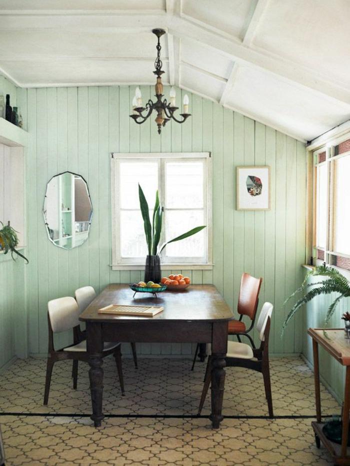 grüne-wandfarbe-einmalige-gestaltung-vom-esszimmer-in-einer-dachwohnung