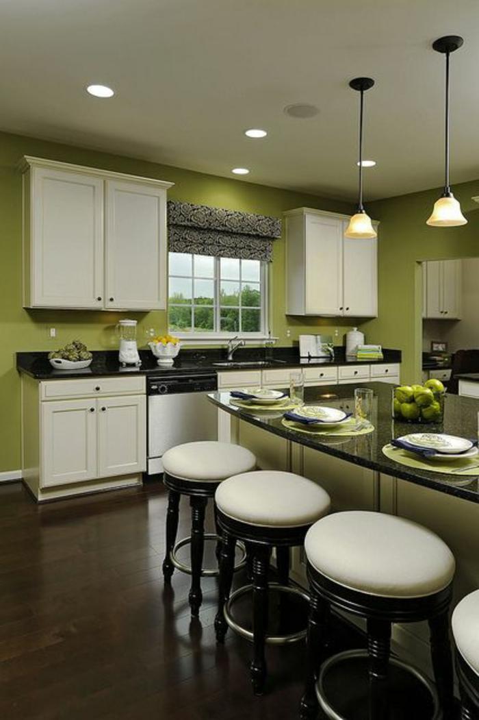 grüne-wandfarbe-elegante-weiße-hocker-in-einer-modernen-küche