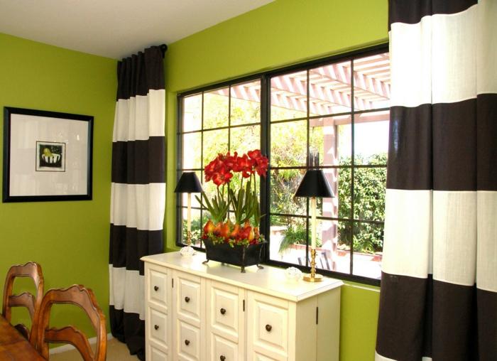 grüne-wandfarbe-gardinen-in-weiß-und-schwarz-im-esszimmer