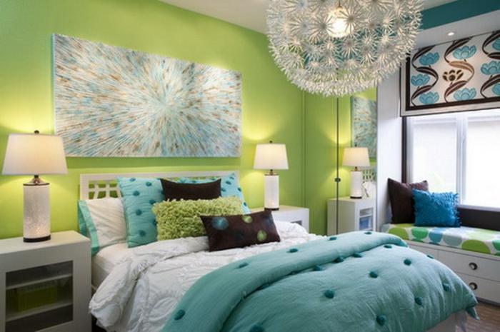 grüne-wandfarbe-hängende-lampe-über-dem-bett-im-schlafzimmer