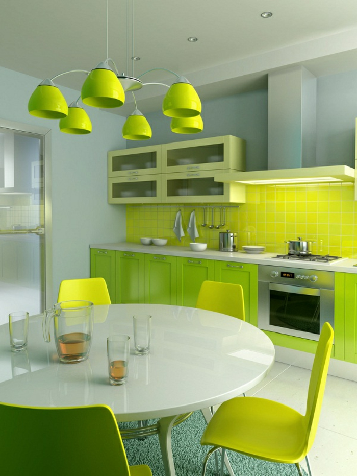 grüne-wandfarbe-hängende-lampen-über-dem-weißen-runden-tisch-im-esszimmer