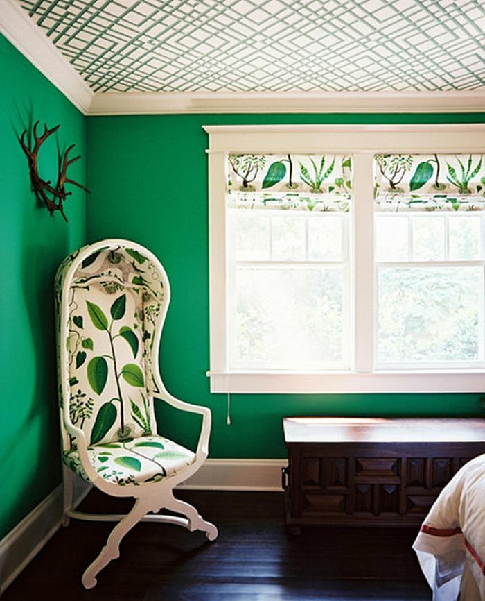 grüne-wandfarbe-interessanter-stuhl-im-kleinen-schlafzimmer
