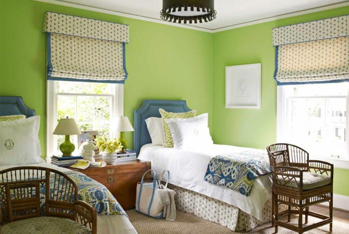 grüne-wandfarbe-jalousien-in-einem-kleinen-schlafzimmer