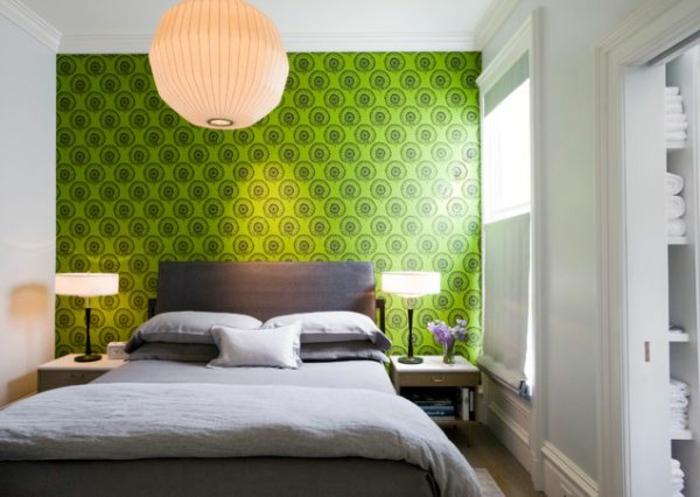 grüne-wandfarbe-kugelförmige-hängende-lampe-in-einem-gemütlichen-schlafzimmer