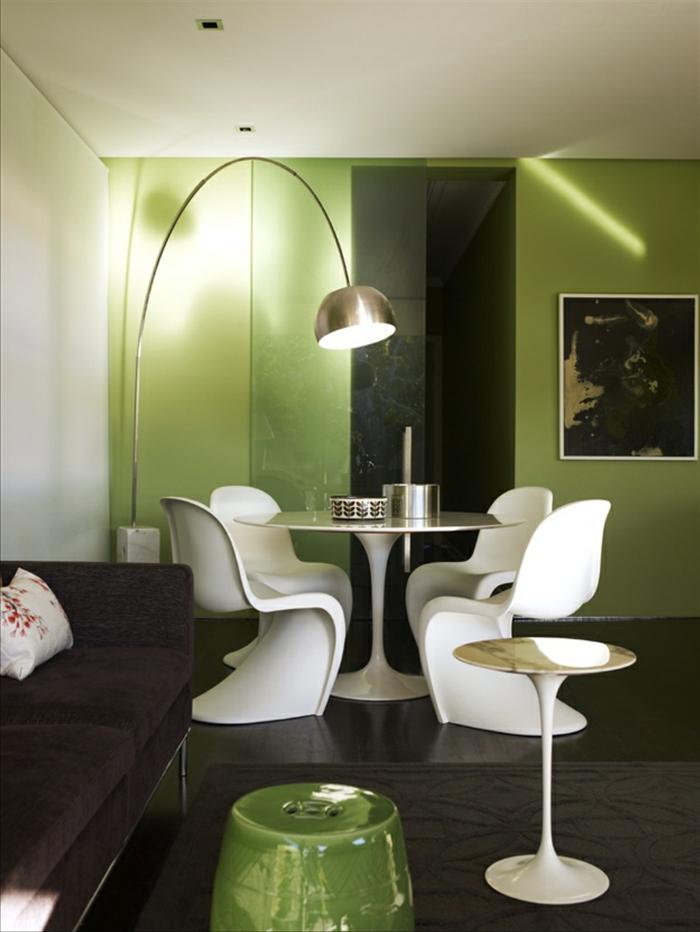 grüne-wandfarbe-moderne-weiße-stühle-im-kleinen-schicken-esszimmer