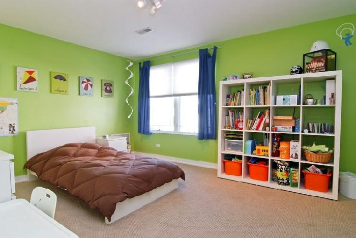 grüne-wandfarbe-regalsystem-und-blaue-gardinen-im-schlafzimmer